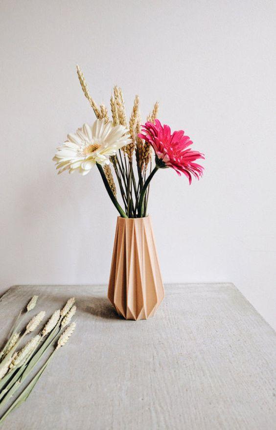 Apporter une touche doriginalité à votre intérieur avec ce vase origami design imprimé en bois qui sublime et met en valeur vos plantes et vos fleurs.  Ses lignes épurées et sa matière apporteront un côté nature, zen, scandinave et original à votre intérieur, mais en fait aussi un