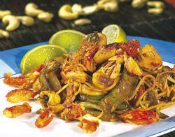 Pikant gebakken noedels met kip en krab