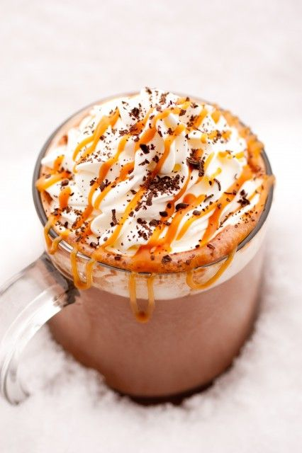 Chaucolat chaud, chantilly, caramel et copaux de chocolat