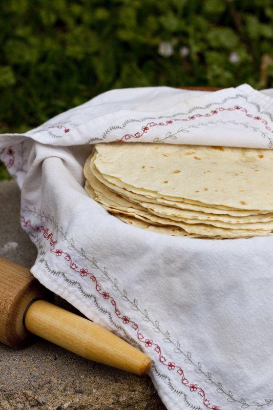 Hace unos días me dispuse ahacer tortillas de harina, porque por alguna razón, siempre que hablo por Skype con mi mamá en México, la encuentro haciendo cosas deliciosas y me deja con antojos enorm…