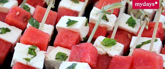 Gar nicht spießig – minzige Melonenspieße: Die Minze gibt der Kombination Melone-Feta das gewisse Etwas! Das Rezept findest Du in unserem mydays Magazin.