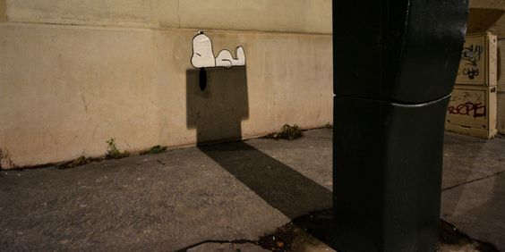 Là où vous voyez un simple horodateur, il imagine une niche pour Snoopy. Là où vous voyez une barrière défoncée sur le bas-côté, il pense aux conséquences d'un super-héros. B...