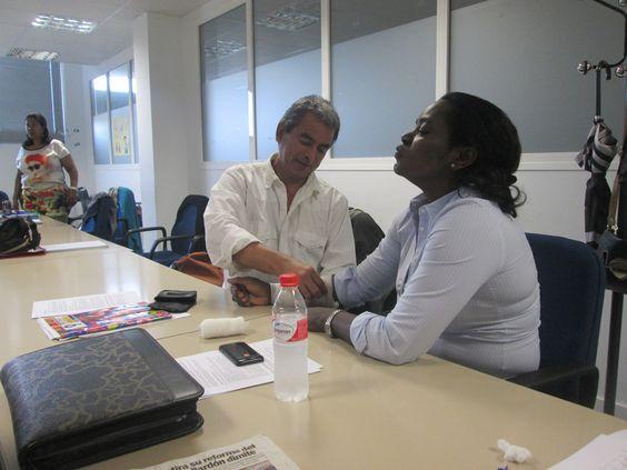 Con la compañera camerunense Martha, midiéndole la presión.