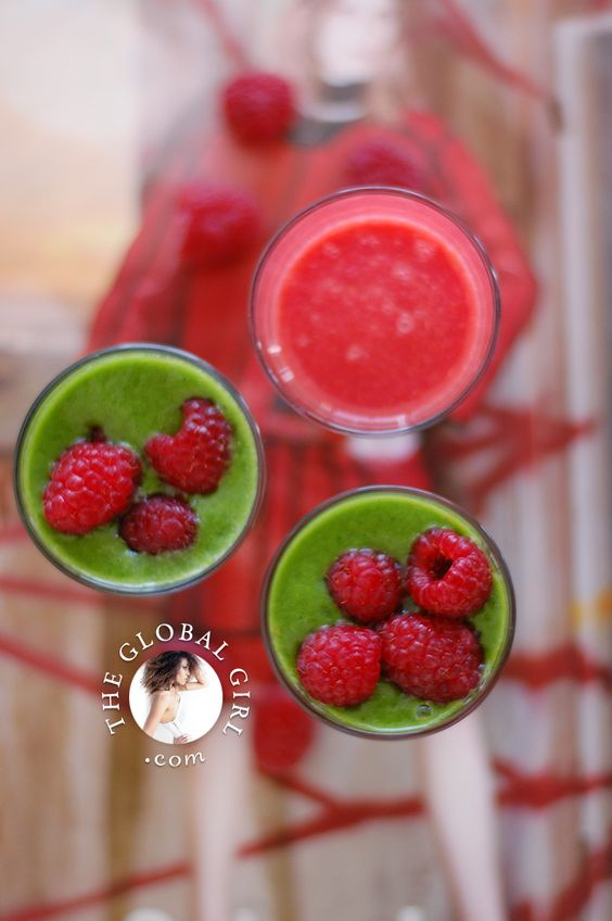 The Global Girl Raw Recipes: Raspberry / Kale Green Smoothie Goodness. Perfect to keep well hydrated and nourished on these hot Summer days!