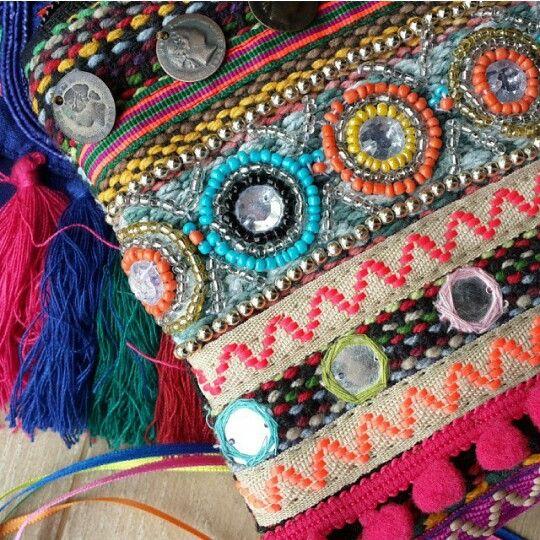Cartera bordada con monedas, apliques de pasamanería, canutillos, mostacillas.