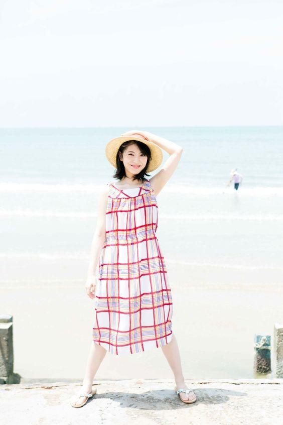 海を背景に立つ浜辺美波