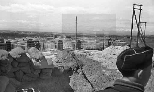 ESPAÑA GUERRA CIVIL ESPAÑOLA: ZONA REPUBLICANA: MADRID, MARZO DE 1937.- Trinchera republicana de primera línea en el frente de la Ciudad Universitaria. En segundo plano, la Facultad de Medicina. Al fondo, las Facultades de Filosofía y Letras (i) y Ciencias (d). EFE/Juan Guzmán/jt SPAIN CIVIL WAR REPUBLICAN ZONE: MADRID, March, 1937.- The Faculties of Medicine, Philosophy and Sciences are seen from a Republican trench, at the University front line in Madrid. EFE/Juan Guzman/fs