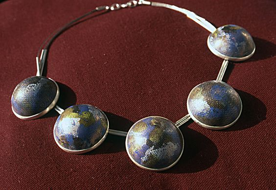 Collier: Kupferkalotten, hoch gewöbt, Edelstahlgewebe, Email geschliffen, Feinsilber