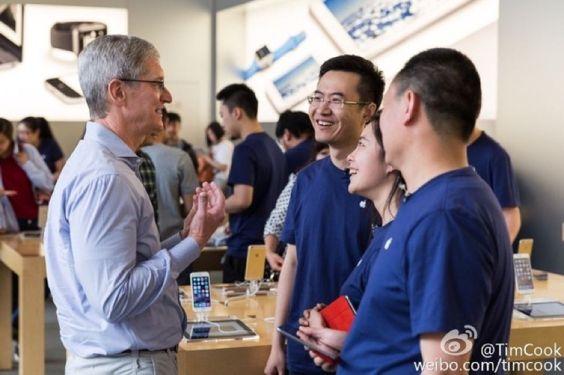Los ladrones utilizan el uniforme oficial de las Apple Store para robar en las tiendas - http://www.actualidadiphone.com/los-ladrones-utilizan-uniforme-oficial-las-apple-store-robar-las-tiendas/