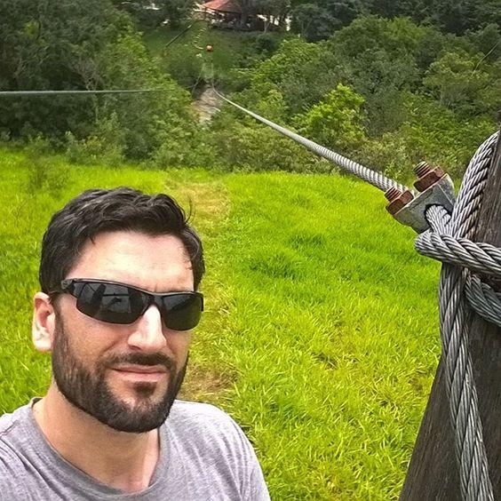 Selfi desde el punto de partida de la tirolesa. Al fondo están el río y el punto final >>