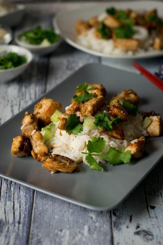 Schnell und einfach: Sesam Hähnchen mit Reis, Frühlingszwiebeln und Koriander