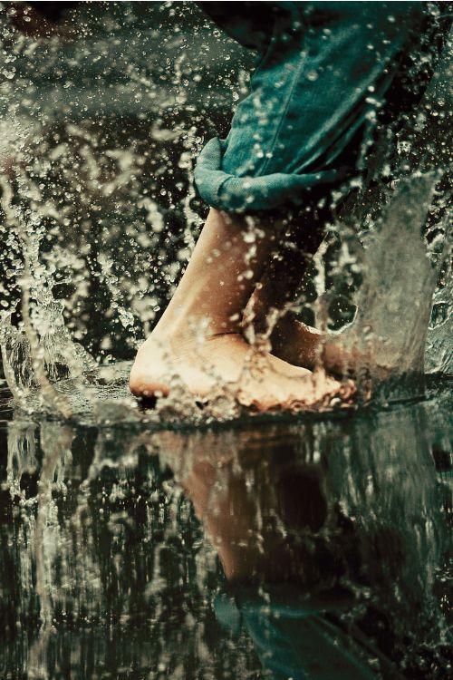 Una de las cosas más baratas y placenteras como puede ser, aplastar el agua de la lluvia con los pies. La inocencia no siempre entiende de edades, o quizás sea la edad la que nos lleva a querer disfrutar de nuevo de la inocencia.:
