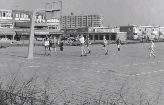 Amsterdam, Slotermeer. Basketbalveld op de hoek van Burg. Fockstraat en Burg. V. Meineszlaan.