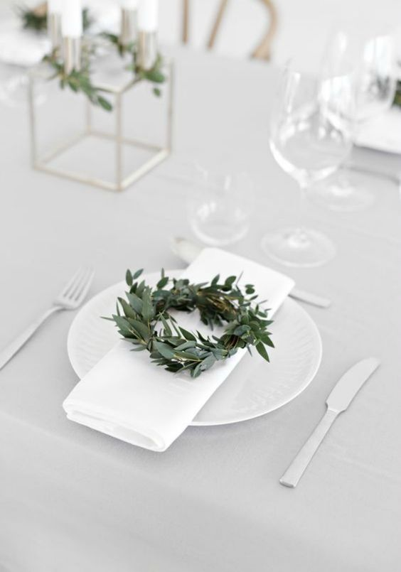Christmas Table Setting – Classic Green and White: