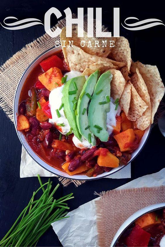 Chili sin carne: un plato vegetariano y fácil con frijoles, boniato y pimientos. El secreto esta en la crema agria vegana casera.