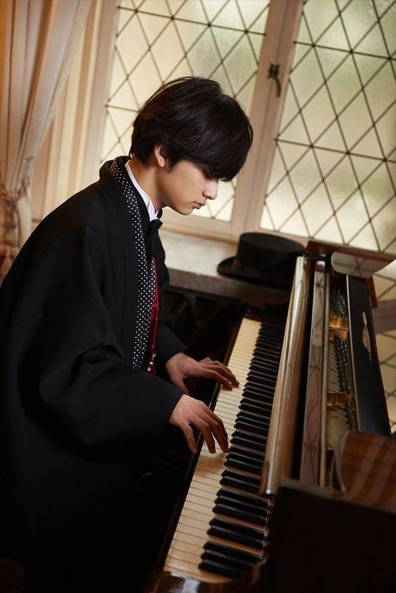 ピアノを弾く北村匠海です。