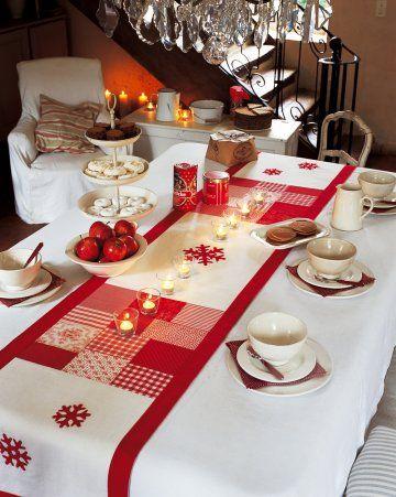 Chemin de table en bouts de tissus rouges et blancs en patchwork et flocons appliqués: