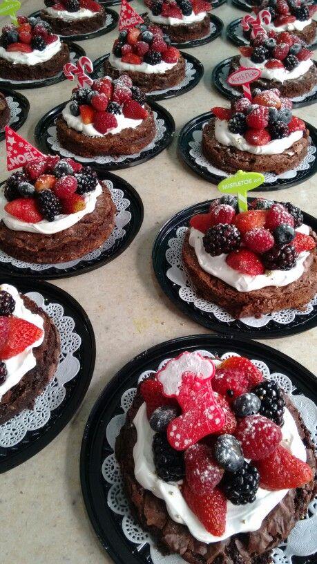 Mini pastelitos de brownie y frutos rojos