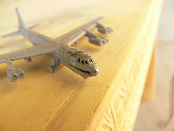 Un #avion de #juguete sobre una mesa de madera que había en casa.