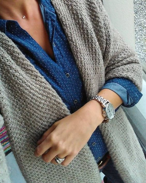 Gilet gris + chemise en jean à pois + montre masculine argentée = le bon look #outfit #style #mode