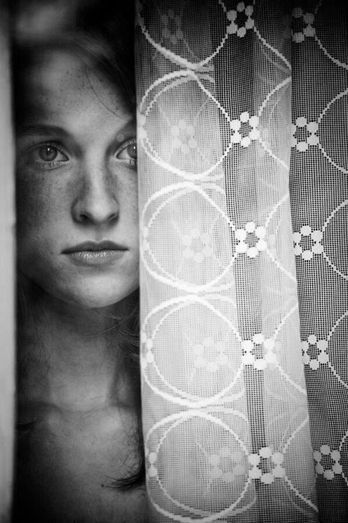 Mirando por la ventana y un #visillo de #encaje por @Toni Desconocido