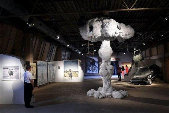 屋内の展示ゾーンにはキノコ雲を模したような作品(中央)も(ロイター)