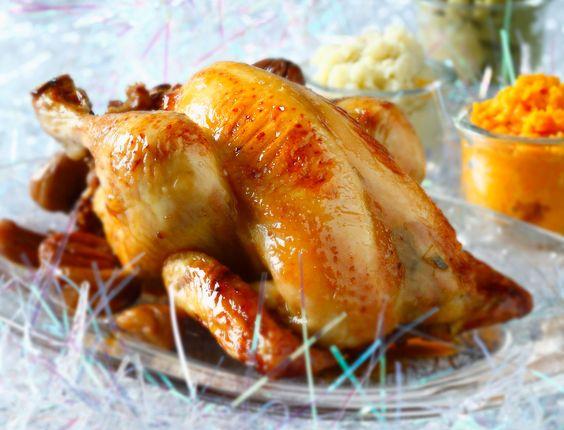 Noël est symbole de tradition : on se retrouve en famille autour du sapin pour déguster un bon repas tous ensemble. Dinde, pain d'épices, foie gras, saumon… Redécouvrez les recettes traditionnelles de Noël qui rappellent notre tendre enfance.