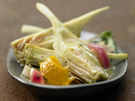 Geschmorte Artischocken in Zitrus-Basilikum-Sud | Kalorien: 72 Kcal - Zeit: 1 Std.  | http://eatsmarter.de/rezepte/geschmorte-artischocken