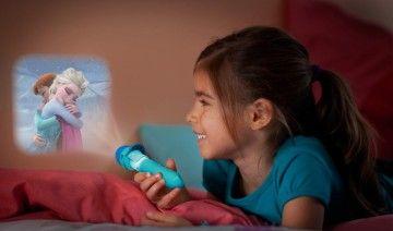 Deze projector en zaklamp van Philips Disney Frozen zal uw kind versteld doen staan met magische verhalen. Draai de filmsporen om kleurrijke en grappige filmscènes op de muur te projecteren of gebruik de lamp als zaklamp om bij te lichten tijdens een avontuur in het donker.
