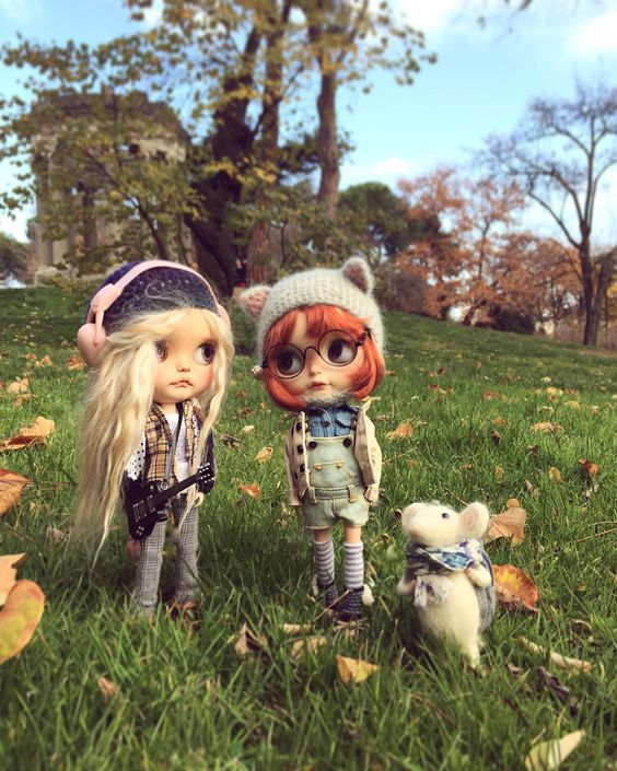 """We have no wifi these days so we can't upload the photos mummy take us but we met our friends in the park yesterday better breathing fresh air than interneting so mummy took this mobile pic. We miss you how are you all?""  ""No tenemos internet estos días por eso no podemos subir las fotos que mami nos hace pero quedamos ayer con nuestras amigas en el parque para respirar aire fresco en lugar de internetear y mami nos hizo esta foto con el móvil. Os echamos de menos cómo estáis?""…"