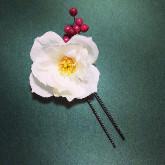 アートフラワーを使った花飾りです。ハンドメイドのため、お取り扱いには十分ご注意ください。|ハンドメイド、手作り、手仕事品の通販・販売・購入ならCreema。