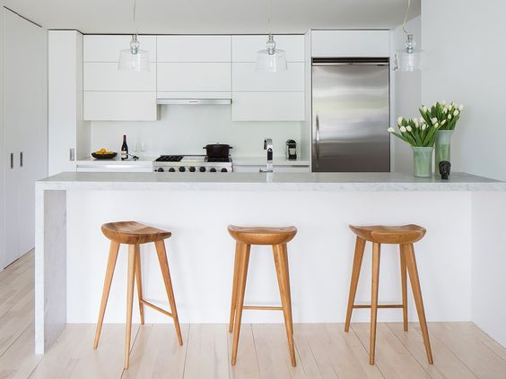 Banquetas de madeira em cozinha branca cozinhas for Banquetas altas modernas