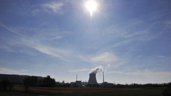 Ein Erdbeben und eine Flutwelle haben am 11. März 2011 zum Atomunfall von Fukushima in Japan geführt. Der Energiekonzern hatte 380 Millionen Euro Schadensersatz für die Stilllegung von Atomreaktoren verlangt. Das Gericht wies die Klage auch wegen Fehler von E.on zurück.