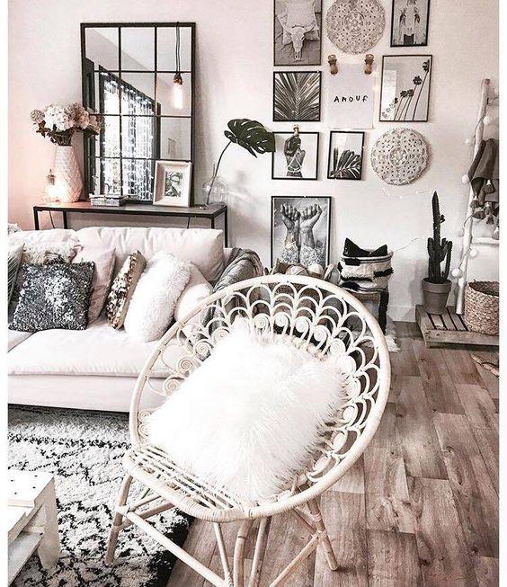 Home Design Tendance Salon Cosy ton clair, parquet et éléments de déco, cadres,paniers, moroirs,...