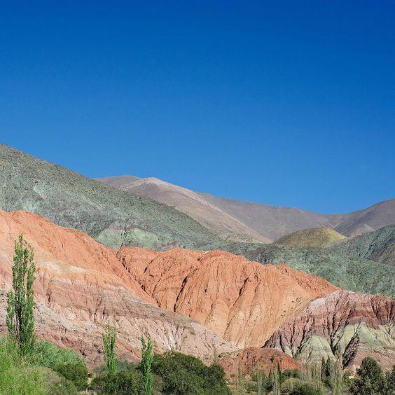 Mais 70 milhões de anos de história criaram um dos mais conhecidos cartões postais da #Argentina o #CerroDeLosSieteColores que é avistado de longe antes mesmo de entrarmos no perímetro urbano de #Purmamarca. Contamos tudo aqui: http://bit.ly/purma - - - - - - - - - - -  @visitargentina @turismojujuy #ArgentinaEsTuMundo #argentina #argentina_ig #argentina360 #argentinaig #VisitArgentina #ArgentinaTrails #PureArgentine #argentinatravel #WorldFriendly #CDVTripJujuy #INPROTUR…