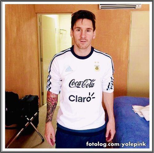 Leo Messi no hotel da concentração : Hoje os jogadores treinam, e amanhã mais uma decisão, desta vez contra o paraguai.  Bjs | yolepink