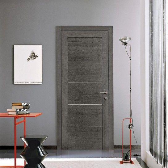Colori+neutri+per+le+porte+e+i+pavimenti - Porta+in+legno+grigio+abbinata+a+pavimento+dalle+tinte+chiare.