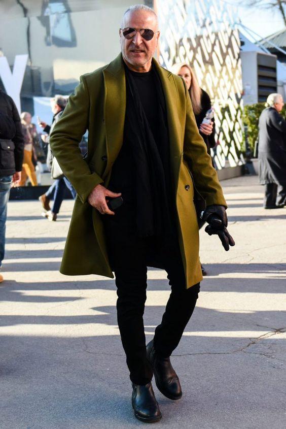 オリーブグリーンのコートを黒コーデに組み込んだ都会的な武骨メンズスタイル