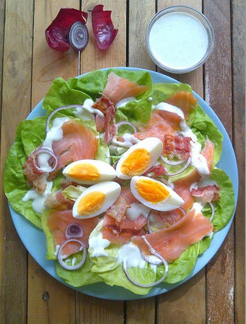 Salade 100 gram gerookte zalm 2 eieren 4 plakjes gerookt spek ontbijtspek 1 rode ui 10 blaadjes - Maak een dressing ...