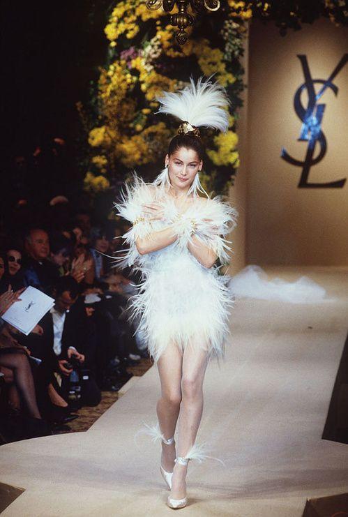 les robes de mariée mythiques iconiques de la haute couture mariage Laetitia Casta au défilé haute couture Yves Saint Laurent printemps-été 2000