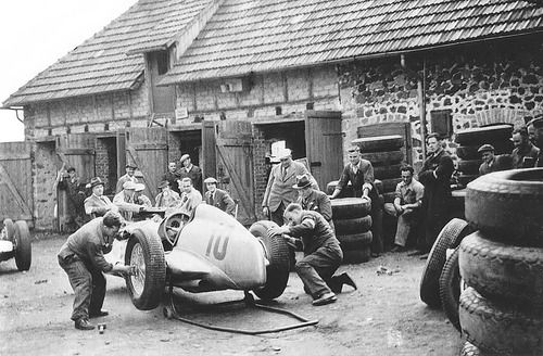 Mercedes Team , Nurburgring 1935 . Practicing a pit stop