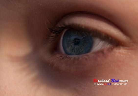 Mit offenen Augen durch´s Leben gehen. Auch Du hast schöne Augen! Solche Bilder entstehen bei einem Fotoshooting. Für dieses Bild stand mir mein Sohn Maximilian Model. Schaut auch mal bei seiner google + Seite vorbei https://plus.google.com/115706027002309186270/posts http://bereit-videofilm.de/ https://500px.com/BernhardReitmeier https://plus.google.com/112007889895650114653/posts #portrait #fotografie #people #shooting #model #augen #eys #photografphy