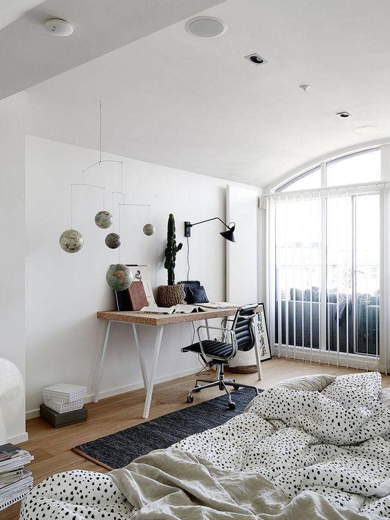 Chambre scandinave avec espace bureau