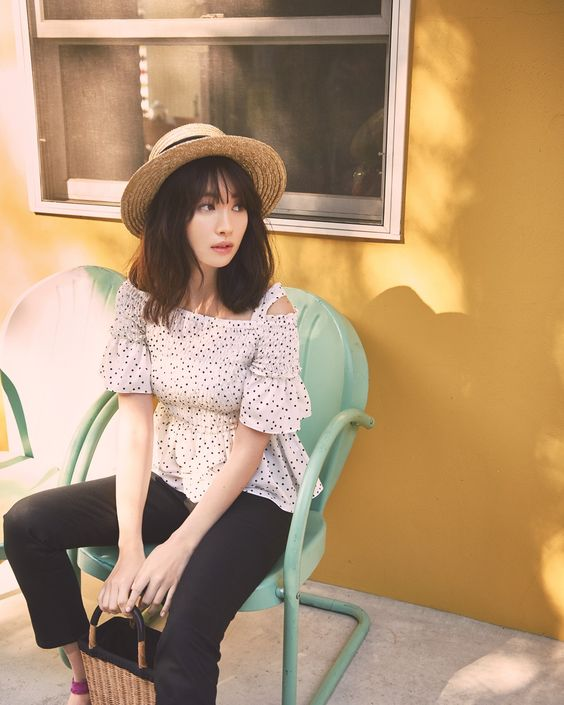 麦わら帽子で椅子に座るかわいい小嶋陽菜