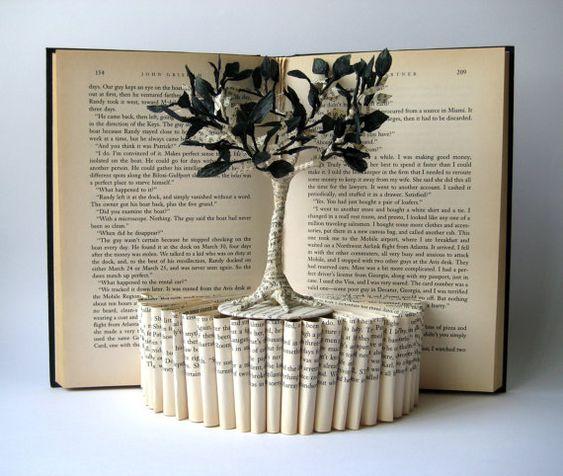 Esta escultura libro representa el árbol de la vida.    Por favor ten en cuenta que esta escultura ha sido vendida. Haré una igual para ti. Toda la escultura está realizada a partir de un libro descartado. Las hojas del árbol están hechas con papel del mismo libro y papel de seda negro.    Estará lista para colgar en la pared o simplemente para colocar en una estanteria.    Firmado y fechado por mí en la parte trasera.    Dimensiones aproximadas: 26 cm x 21 cm. Envío todos mis artículos por c...
