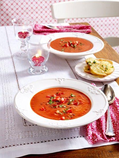 http://www.wunderweib.de/kochen/suppenrezepte- schneller-suppengenuss-a180184.html Zutaten (2 Personen) 1 Zwiebel, 1-2 Knoblauchzehen, 1 Stück (ca. 0,5 cm) Ingwerwurzel, 3 EL Olivenöl, 1/2 EL Tomatenmark, Salz, Pfeffer, 1 Prise Zucker, 1 Dose (425 ml) Tomaten, 150 ml Gemüsebrühe, 1 Tomate, 1/2 (ca. 35 g) Baguettebrötchen, 10 g Butter, 3-4 Stiele Basilikum, 1/2 TL grobes Meersalz, evtl. Crème fraîche, evtl. Einmal-Spritzbeutel Zubereitung