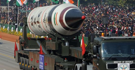 26/jan/2013 - ÍNDIA - O Exército indiano exibe o míssil Agni 5 durante parada militar do dia da República, em Nova Delhi. Raveendran/AFP.