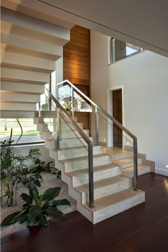 Escada com o detalhe do corrim o em vidro e guarda corpo for Modelos de jardines interiores