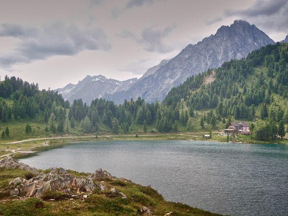 Der auf über 2000m Höhe liegende kleine Bergsee am Staller Sattel (Villgratner Berge, Osttirol) lädt zum Wandern ein.
