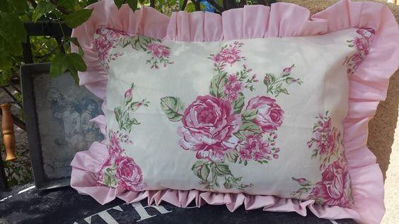 http://www.larretdeco.fr/contents/fr/d180.html Coussin aux coloris très tendre et sahbby en coton avec bouquets de pivoines, avec un froufrou de coton rose poudré, en 45 cm x 35 cm, forme portefeuille